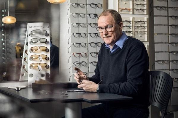 Manden bag Brillereparation.dk